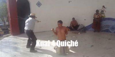 VIDEOS. Aplican azotes a dos presuntos ladrones en parque de Santa Cruz del Quiché