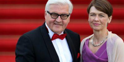 El ministro de Exteriores alemán, Frank-Walter Steinmeier, y su mujer, Elke Buedenbender, a su llegada al banquete de estado con la Reina Isabel II y el presidente alemán, Joachim Gauck, en el Palacio de Bellevue en Berlín, el 24 de junio de 2015 Foto:Ronny Hartmann/afp.com