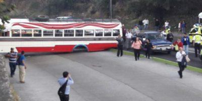 Bus accidentado bloqueó acceso al Cemna