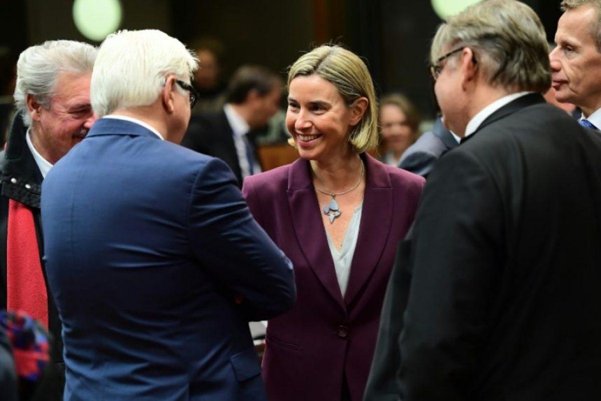 Federica Mogherini (C), alta representante de la Unión para Asuntos Exteriores y Política de Seguridad, charla con varios ministros durante una reunión sobre asuntos exteriores en la sede del Consejo Europeo, en Bruselas, el 14 de noviembre de 2016 Foto:Emmanuel Dunand/afp.com