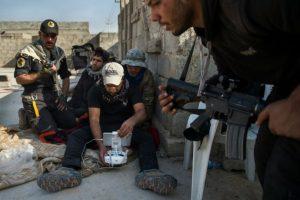 Soldados de la segunda división de las Fuerzas Especiales Iraquíes observan el control remoto de un dron utilizado para encontrar posiciones hostiles en la ciudad de Mosul, el 11 de noviembre Foto:Odd Andersen/afp.com