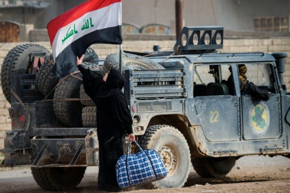 Una mujer iraquí acaricia la bandera de su país en su camino para huir de la violencia, llegando a un área controlada por las fuerzas especiales iraquíes en el barrio de Samah, en Mosul, el 15 de noviembre de 2016 Foto:Odd Andersen/afp.com