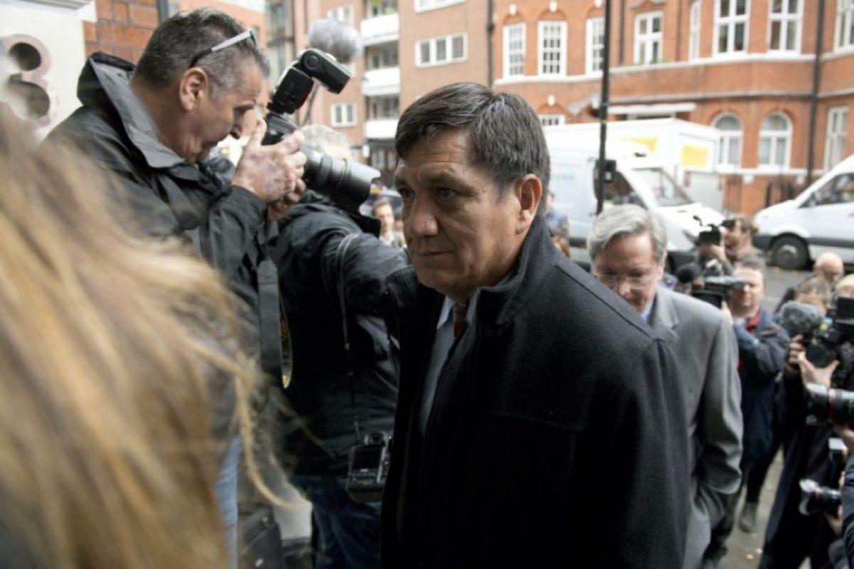 El fiscal ecuatoriano Wilson Toainga, parte de la delegación de su país, rodeado por los periodistas al llegar a la embajada de su país para asistir al interrogatorio del fundador de WikiLeaks, Julian Assange, en Londres el 14 de noviembre de 2016 Foto:Justin Tallis/afp.com