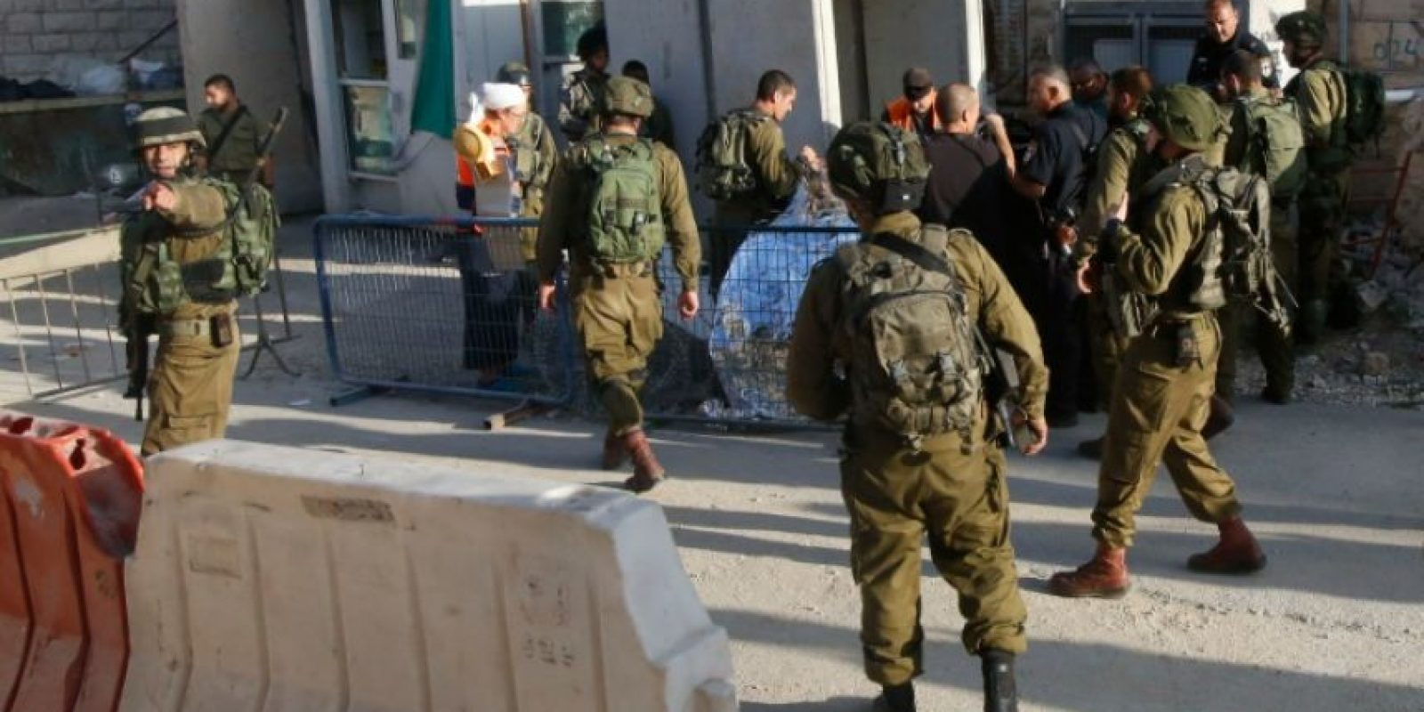 Soldados israelíes tapando el cuerpo de un palestino muerto por disparos de los militares tras intentar atacar a uno de ellos, cerca de la colonia de Tal Rumeda, en Hebrón, Cisjordania, el 16 de septiembre de 2016 Foto:Hazem Bader/afp.com