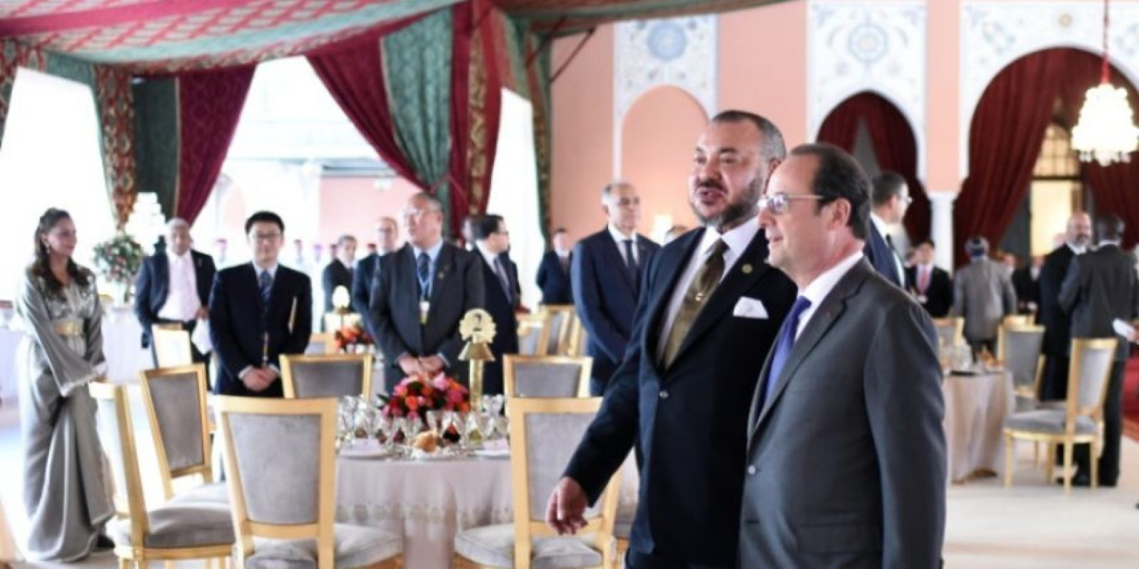 El presidente francés Francois Hollande y el rey marroquí Mohamed VI a su llegada a un almuerzo oficial para inaugurar la reunión de alto nivel para la Conferencia de Cambio Climático COP22, en el Palacio Real de Marrakech, el 15 de noviembre de 2016. Foto:STEPHANE DE SAKUTIN/afp.com