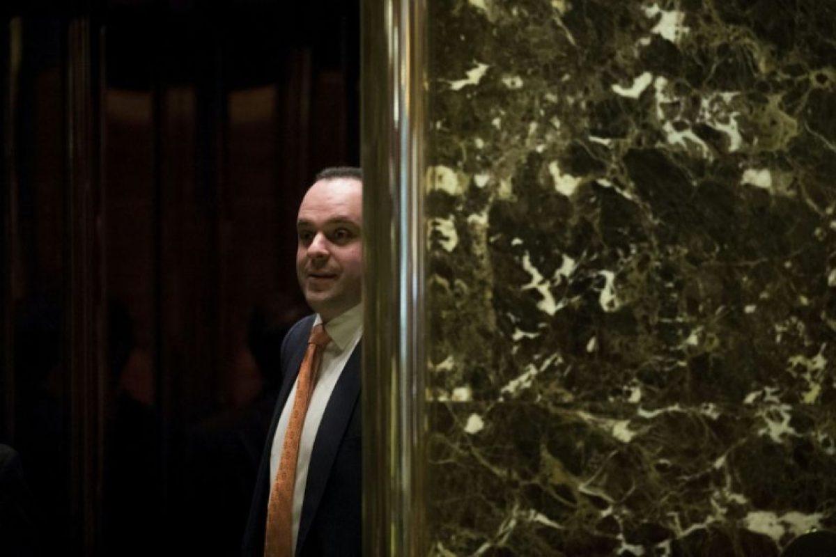 El asesor principal de la campaña del republicano Donald Trump, Boris Epshteyn, entra en un ascensor en la Trump Tower, el 14 de noviembre de 2016, en la ciudad de Nueva York. Foto:Drew Angerer/afp.com