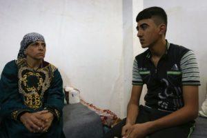 Ismail Matti (D), de 14 años, y su madre, Jandar (I), cristianos iraquíes apresados por el grupo yihadista EI en 2014, relatan la experiencia de su cautividad desde un refugio religioso en Arbil, capital kurda en Irak, el 10 de noviembre de 2016 Foto:Safin Hamed/afp.com