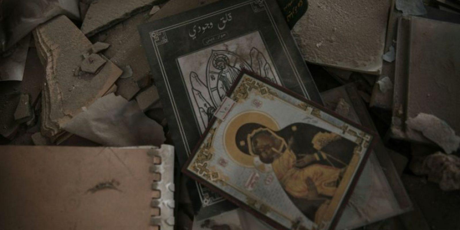 Reproducciones de varios iconos cristianos apilados entre los escombros de la iglesia San Elías, en la zona de control rebelde de Harasta, a las afueras de Damasco, el 13 de noviembre de 2016 Foto:Sameer Al-Doumy/afp.com