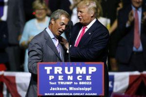El entonces candidato republicano a la presidencia estadounidense, Donald Trump (dcha), saluda al líder del Ukip y euroescéptico británico Nigel Farage, el 24 de agosto de 2016 en una aparición pública de ambos en Jackson, EEUU Foto:Jonathan Bachman/afp.com