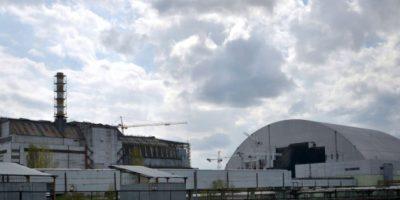 Foto tomada el 22 de abril de 2016 muestra el Nuevo Confinamiento de Seguridad (D), un escudo de acero armado para cubrir el reactor nuclear accidentado en 1986 en la planta de Chernóbil, Ucrania, y el 4to bloque reactor de la usina (I). Foto:Genya Savilov/afp.com
