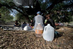 Un grupo de inmigrantes ilegales mexicanos espera para cruzar la frontera entre México y Estados Unidos, en Nogales, Sonora, México, el 29 de julio de 2010. Foto:ALFREDO ESTRELLA/afp.com