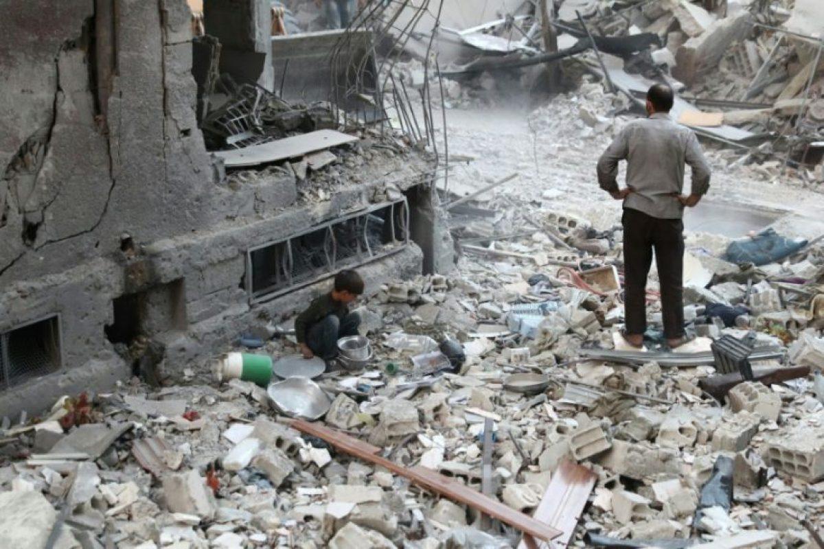 Un niño sirio busca objetos entre los escombros de edificios destruidos este lunes 3 de octubre en la ciudad de Duma, situada al este de Damasco y en manos de los rebeldes Foto:Abd Doumany/afp.com