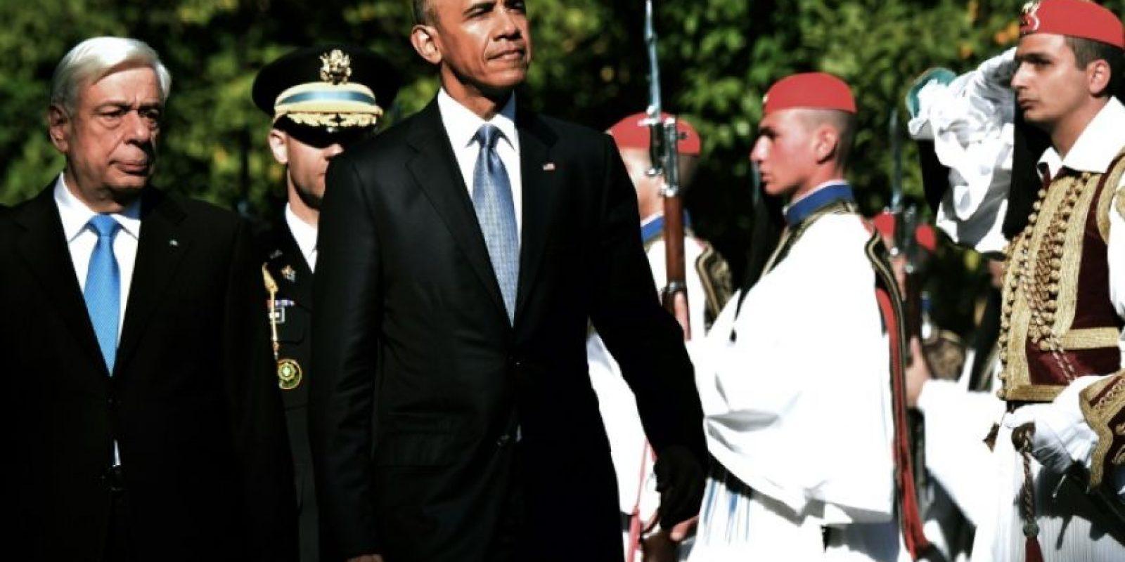 Los presidentes estadounidense, Barack Obama, y griego, Prokopis Pavlopoulos (i), pasan revista a la guardia de honor el 15 de noviembre de 2016 en Atenas Foto:Louisa Gouliamaki/afp.com