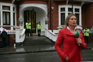 Una presentadora de televisión espera para informar del interrogatorio al fundador de WikiLeaks, Julian Assange, ante la embajada de Ecuador en Londres, donde permanece encerrado Assange, el 14 de noviembre de 2016 Foto:Daniel Leal-Olivas/afp.com