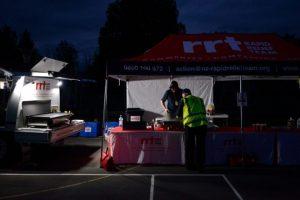 Unos voluntarios preparan cenas para los afectados por el terremoto en Waiau, en Nueva Zelanda, el 14 de noviembre de 2016 Foto:Matias Delacroix/afp.com