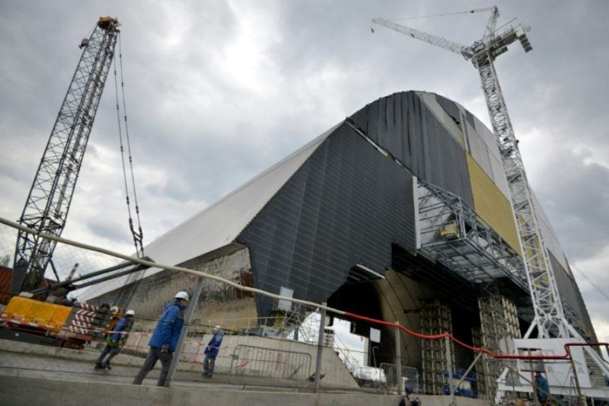 Foto tomada el 22 de abril de 2016 muestra el Nuevo Confinamiento de Seguridad (D), un escudo de acero armado para cubrir el reactor nuclear accidentado en 1986 en la planta de Chernóbil, Ucrania. Foto:Genya Savilov/afp.com