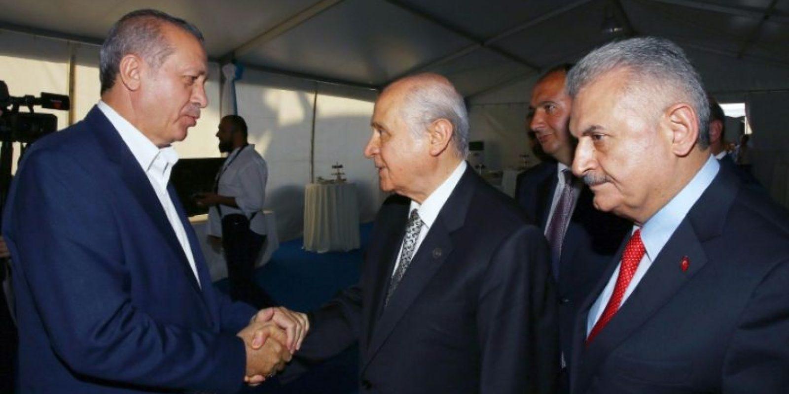 El presidente turco, Recep Tayyip Erdogan (I), saluda al líder del Partido de Acción Nacionalista (MHP), Devlet Bahceli (C), junto al primer ministro, Binali Yildirim (D), durante un mitin en Estambul, el 7 de agosto de 2016 Foto:STR/afp.com
