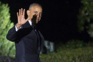 El presidente de Estados Unidos, Barack Obama, saluda al dirigirse hacia el helicóptero oficial Marine One antes de partir de predio sur de la Casa Blanca en Washington, DC, el 14 de noviembre de 2016, para su último viaje -a Grecia, Alemania y Perú-. Foto:SAUL LOEB/afp.com