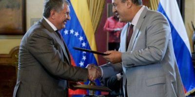 El ministro de Petróleo y Minería, Eulogio Del Pino (D), se saluda con el presidente de la empresa rusa Rosneft, Igor Sechin, durante la firma de un acuerdo, el 28 de julio de 2016, en Caracas Foto:Federico Parra/afp.com