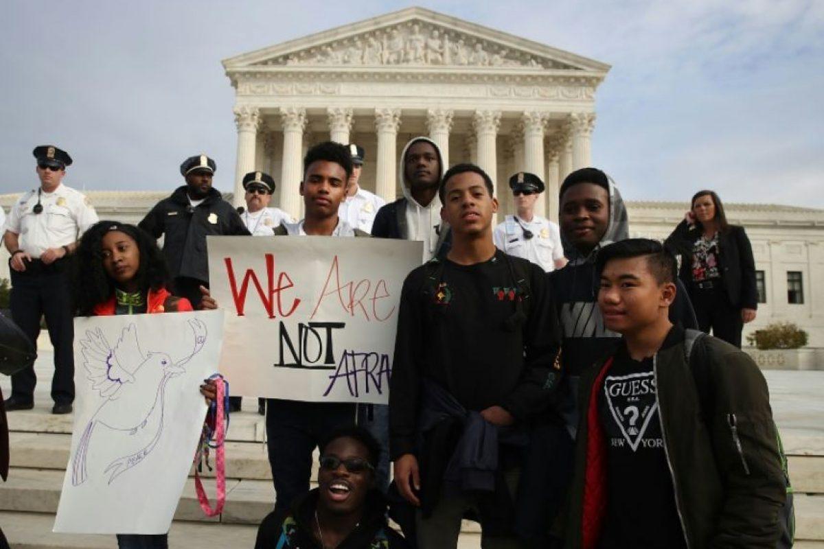 Varios centenares de estudiantes de secundaria del área de la capital Washington protestan en frente a la Corte Suprema de EEUU contra el presidente electo Donald Trump, el 15 de noviembre de 2016. Foto:MARK WILSON/afp.com