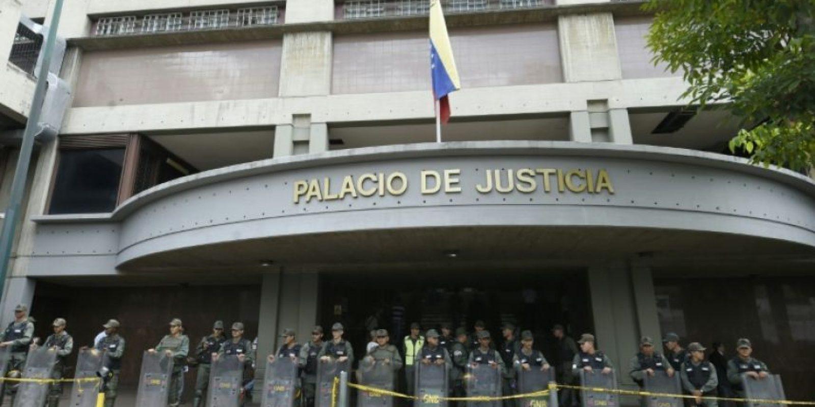 Agentes de la Guardia Nacional custodian el Tribunal Supremo de Justicia en Caracas el 18 de agosto de 2016 Foto:Juan Barreto/afp.com