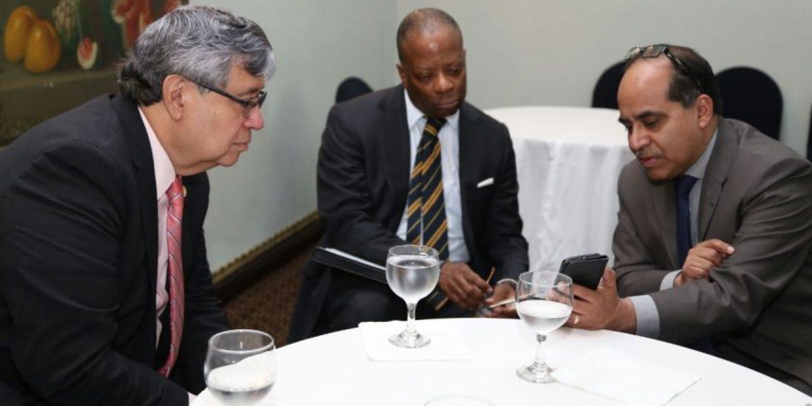 El vicepresidente Jafeth Cabrera (i), el embajador Todd Robinson (c) y el titular de Educación Hugo López (d). Foto:Cortesía