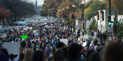 Varios centenares de estudiantes de secundaria del área de la capital Washington protestan a lo largo de la Avenida Independencia contra el presidente electo Donald Trump, el 15 de noviembre de 2016. Foto:NICHOLAS KAMM/afp.com