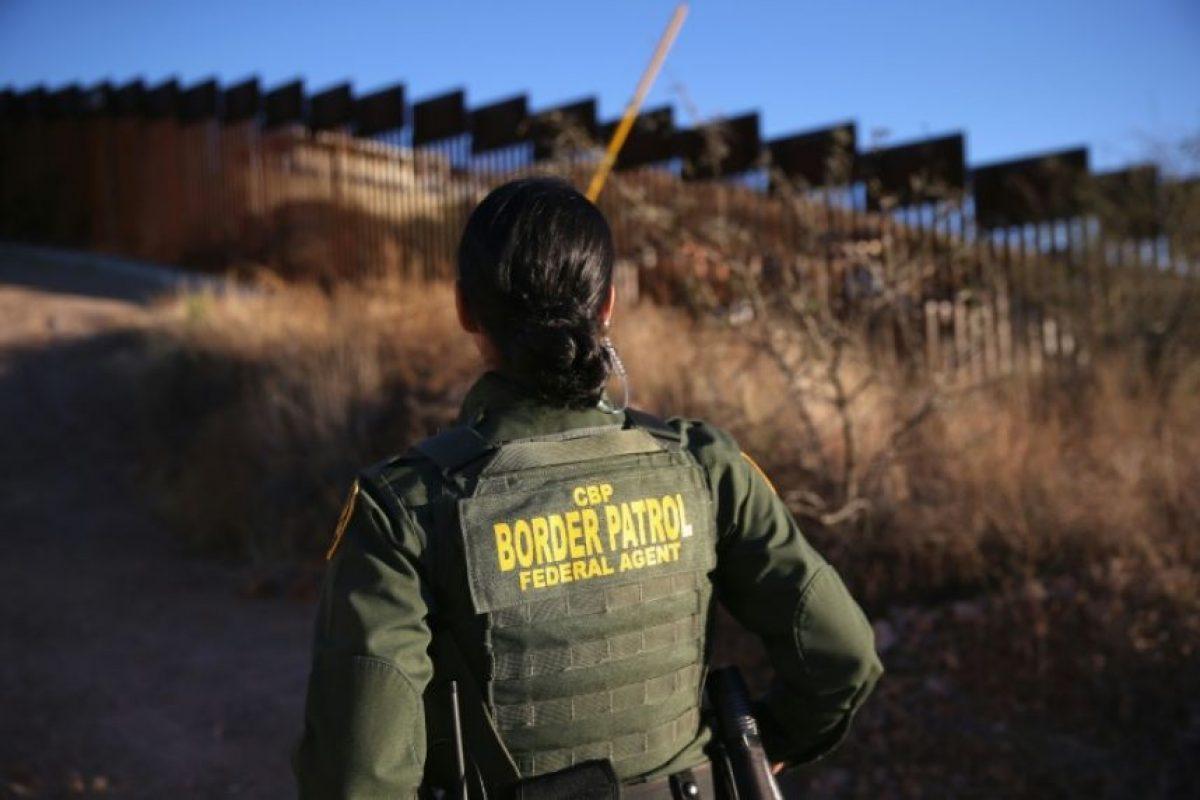 Una agente de la patrulla fronteriza vigila el muro entre Estados Unidos y México el 9 de diciembre de 2014 en Nogales Foto:John Moore/afp.com