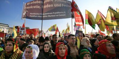 Una manifestantes kurdos y alevíes, durante una concentración en Colonia (Alemania) contra las recientes políticas del presidente turco, Recep Tayyp Erdogan, el 12 de noviembre de 2016 Foto:Oliver Berg/afp.com