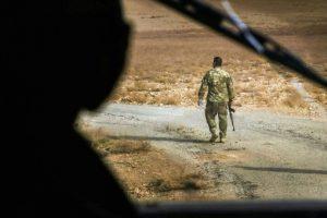 Un soldado iraquí en una carretera junto a Nimrud, yacimieneto arqueológico a 30 kilómetros de Mosul, en la provincia de Nínive, el 15 de noviembre de 2016 Foto:Safin Hamed/afp.com