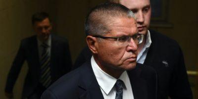 El ministro de Economía ruso, Alexéi Ulyukáyev, es acompañado al juzgado moscovita del distrito de Basmanny, el 15 de noviembre de 2016, tras ser sospechoso de aceptar sobornos Foto:Vasily Maximov/afp.com