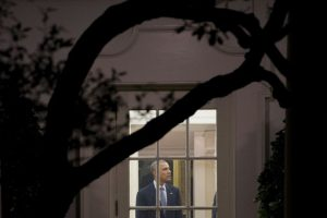 El presidente de Estados Unidos, Barack Obama, dentro de la Casa Blanca, antes de partir a tomar el avión oficial en Washington, DC, el 14 de noviembre de 2016, para su último viaje -a Grecia, Alemania y Perú-. Foto:SAUL LOEB/afp.com