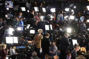 Periodistas y medios aguardan la declaración de la candidata presidencial Hillary Clinton en la noche de las elecciones, el 8 de noviembre de 2016, en el centro de convenciones Jacob K. Javits de Nueva York Foto:Robyn Beck/afp.com