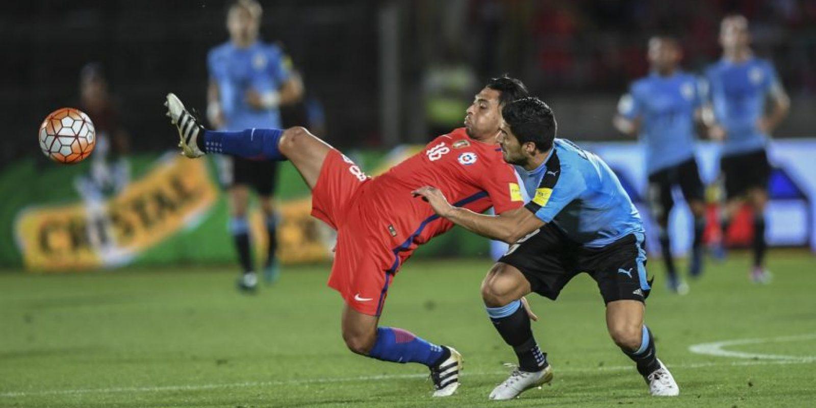 AFP Foto:Los golpes a Gonzalo Jara (2013): Entre empujones y forcejeos típicos de un tiro de esquina, Suárez se descontroló y le dio un puñetazo en la cara a Gonzalo Jara.
