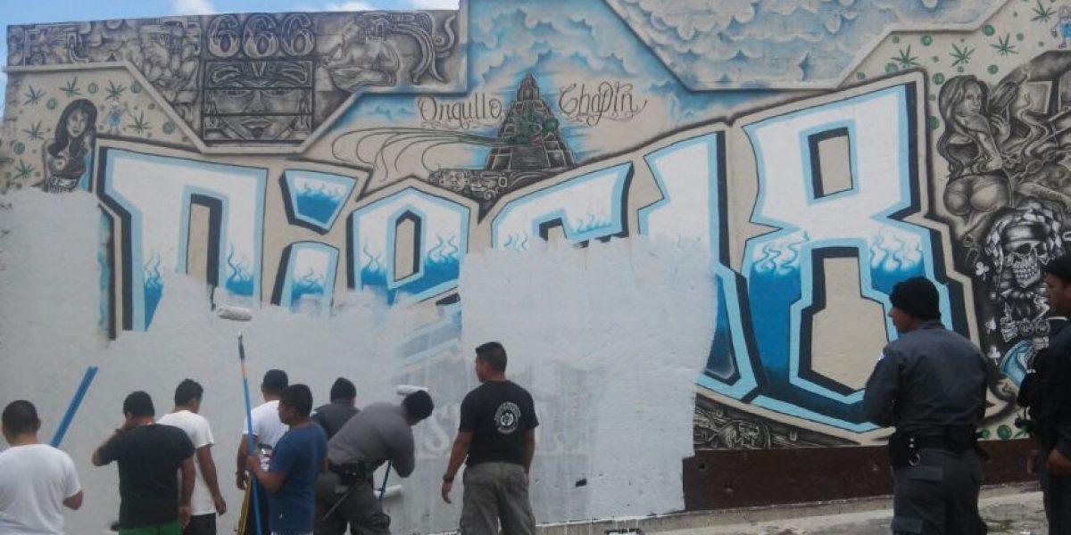 ¡Adiós a las pintas! Guardias armados borran los mensajes en las celdas de los pandilleros