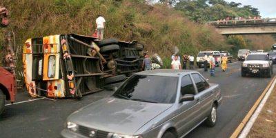 Bus vuelca en autopista Palín-Escuintla y deja 15 personas heridas