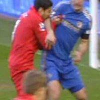 Captura de pantalla Foto:Los mordiscos de Luis Suárez-Branislav Ivanovic (2013): Ya había mordido a un jugador en su época de Ajax, pero demostró que es una costumbre al hacerlo con Branislav Ivanovic cuando militaba en Liverpool.