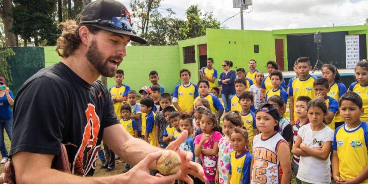 Beisbolistas estadounidenses sorprenden a niños de la zona 6