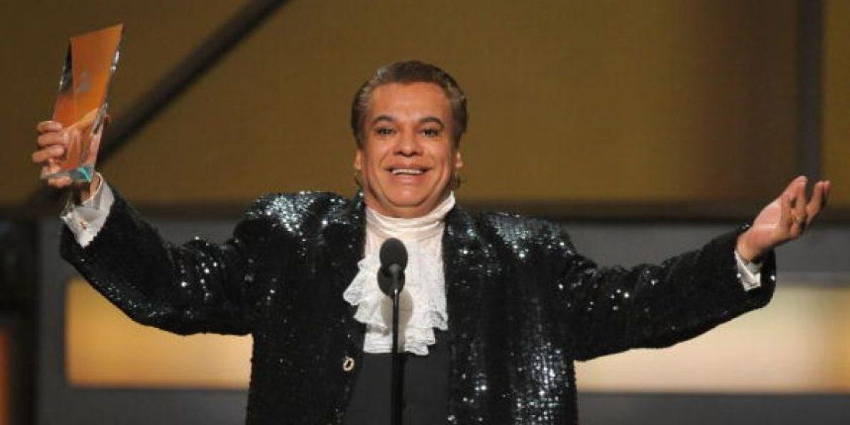 VIDEO. Presentador olvida la muerte de Juan Gabriel y lo llama al escenario a recibir Grammy póstumo