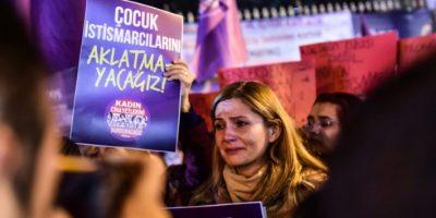 Una mujer llora durante la manifestación contra la propuesta de ley sobre agresiones sexuales a menores, en Estambul el 18 de noviembre de 2016. En un país donde sigue existiendo el matrimonio precoz, la ley ha sido objeto de fuertes críticas Foto:Yasin Akgul/afp.com