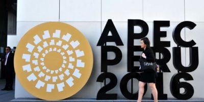 Un mujer pasa al lado del logotipo del foro de la APEC en el exterior del Centro de Convenciones de Lima, el 17 de noviembre de 2016 Foto:Rafael Zarauz/afp.com