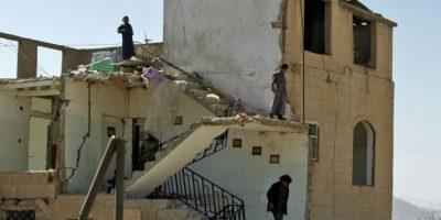 Varios chicos entre los escombros de una casa destrozada por ataque aéreos de la coalición árabe liderada por Arabia Saudí, en Saná el 14 de noviembre de 2016 Foto:Mohamed Huwais/afp.com