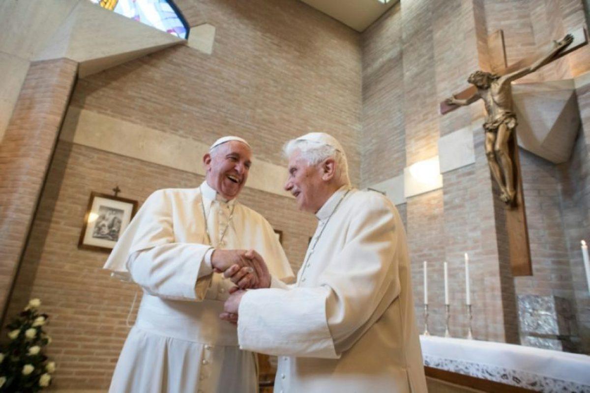 Imagen distribuida por la oficina de prensa del Vaticano que muestra al papa Francisco (izq) y el papa emérito Benedicto XVI en un encuentro tras el nombramiento de nuevos cardenales en la iglesia, el 19 de noviembre de 2016 Foto:HO/afp.com