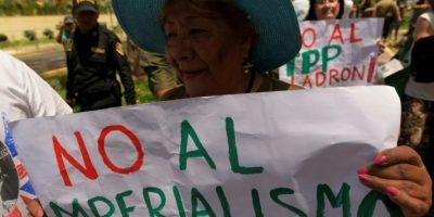 Una mujer sostiene un cartel contra el presidente Barack Obama durante la cumbre de APEC en Lima el 18 de noviembre de 2016 Foto:Rodrigo Buendía/afp.com