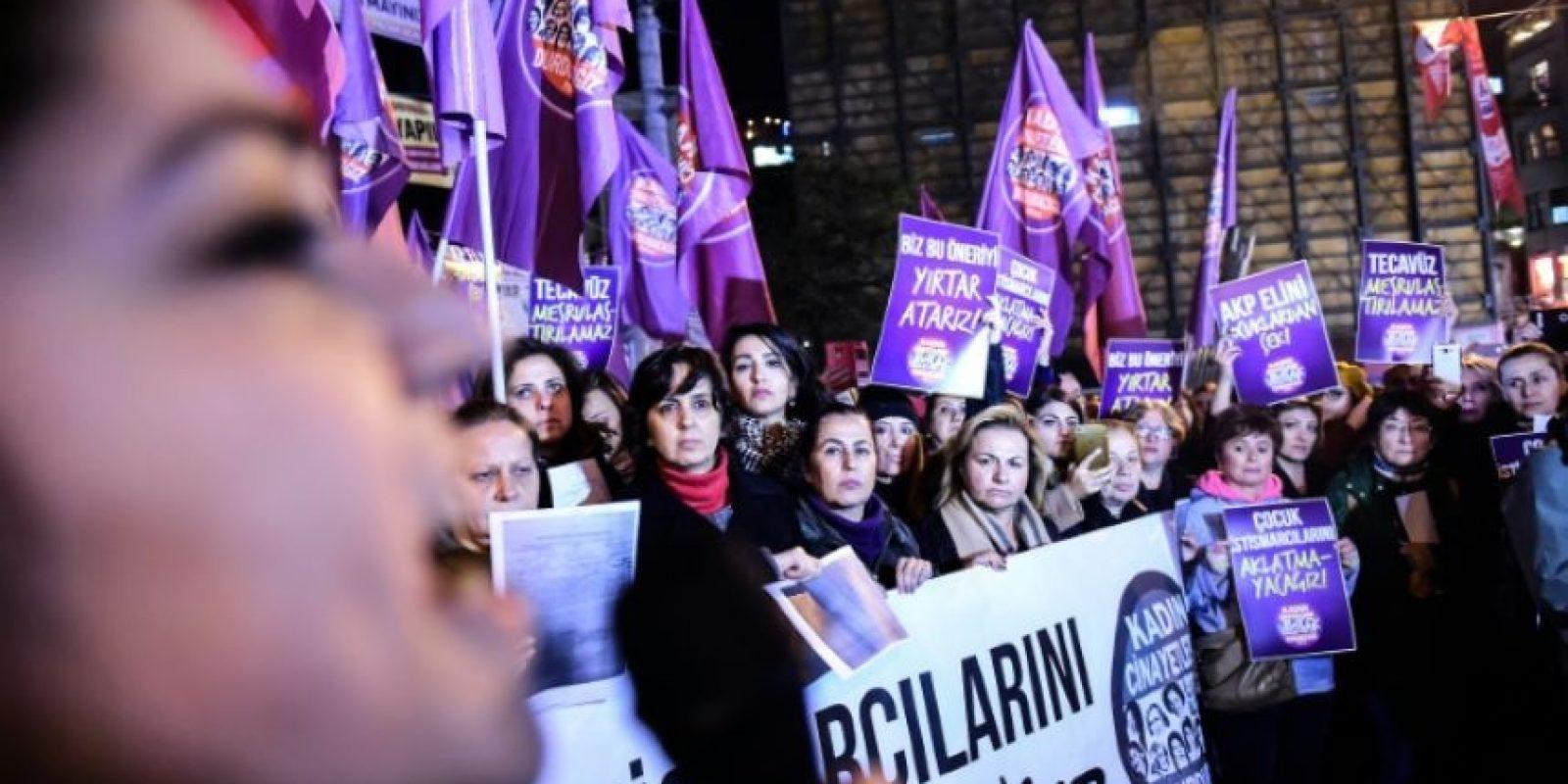 Mujeres gritando eslóganes y con pancartas contra la propuesta de ley turca sobre agresiones sexuales a menores, que consiente en algunos casos anular la condena si el culpable se casa con la víctima, el 18 de noviembre de 2016 en Estambul Foto:Yasin Akgul/afp.com