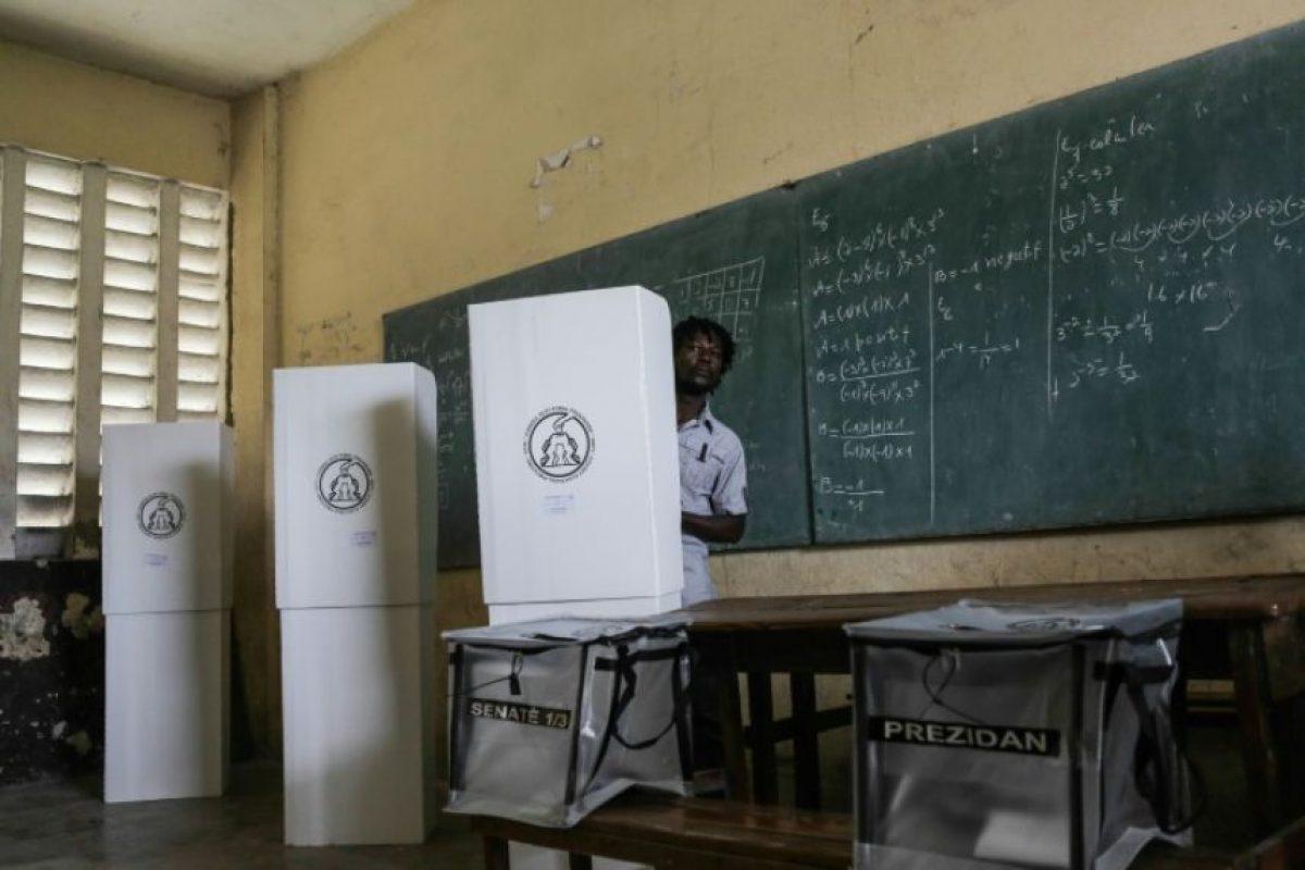 Un haitiano emite su voto en un centro electoral el 20 de noviembre de 2016 en Los Cayos Foto:Pierre Michel Jean/afp.com