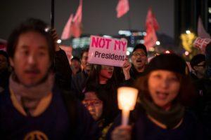 Manifestantes en el centro de Seúl el 19 de noviembre de 2016 piden la dimisión de la presidenta surcoreana, Park Geun-Hye, por su implicación en un escándalo de corrupción Foto:Ed Jones/afp.com