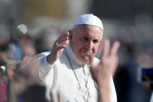 El papa Francisco saluda a la multitud desde el papamóvil tras una misa para marcar el fin del Año de la Misericordia, el 20 de noviembre de 2016 en el Vaticano Foto:Tiziana Fabi/afp.com