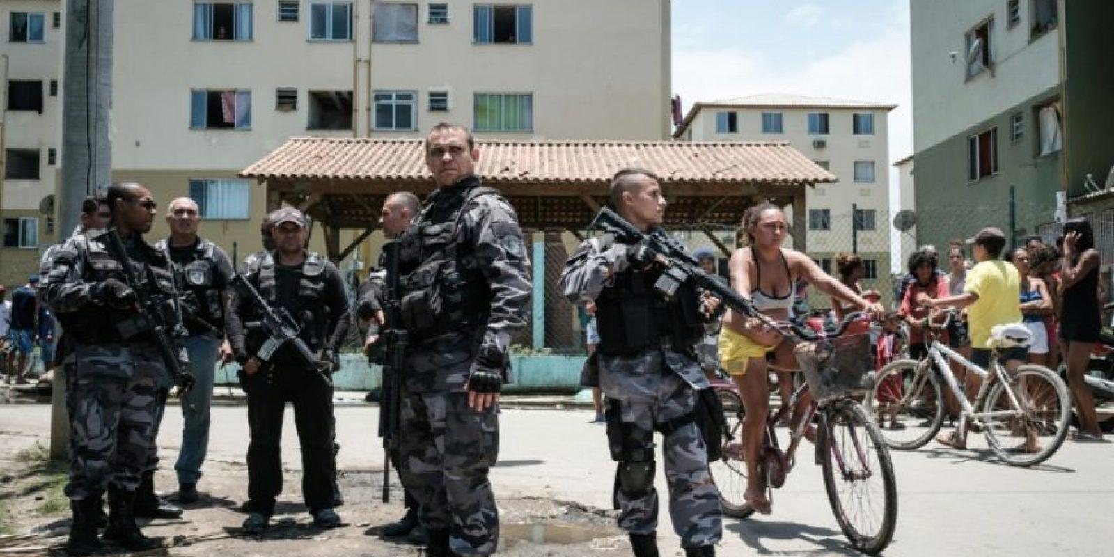 Oficiales de la policía patrullan las calles de la favela Cidade de Deus el 20 de noviembre de 2016 en Rio de Janeiro Foto:Yasuyoshi Chiba/afp.com