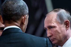 El presidente de Estados Unidos Barack Obama (I) junto a su par ruso Vladimir Putin durante la cumbre de APEC el 20 de noviembre de 2016 en Lima Foto:Brendan Smialowski/afp.com